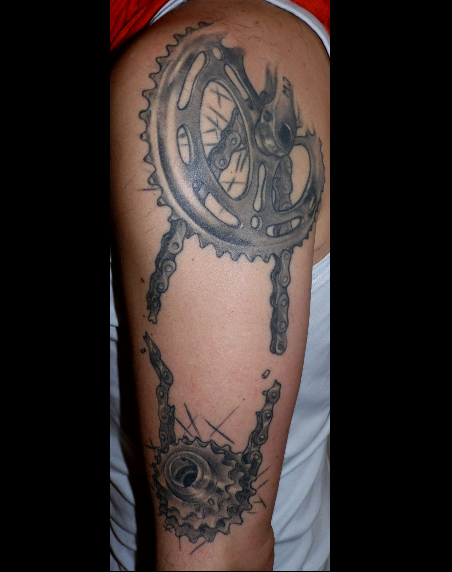 Tatuaje de plato y piñones de bici ya cicatrizado