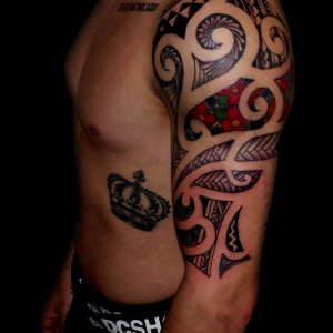 maori tattoo brazo tatuaje tribal negro hombro color flores 13depicas
