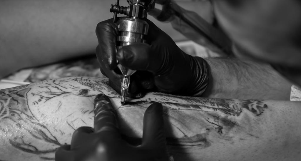 Sergio Valle tatuando máquina tatuar www.13depicas.com