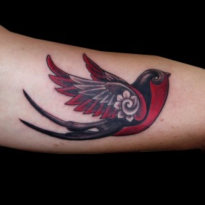 tatuaje golondrina old school negro gris color brazo 13depicas.com