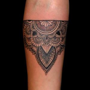 tatuaje mandala brazo tribal lineal negro chica 13depicas.com