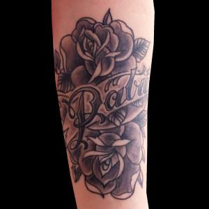 tatuaje antebrazo rosas tradicional sombras lettering inscripción nombre 13depicas.com