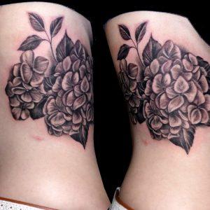 tatuaje flores hortensia costado blanco negro 13depicas.com