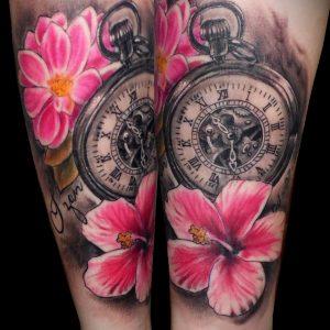 tatuaje realismo antebrazo reloj flores dalia hibisco color realista 13depicas