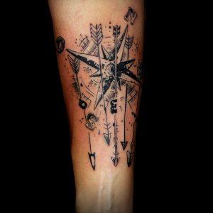 rosa vientos tatuaje lineal antebrazo blanco negro tattoo 13depicas