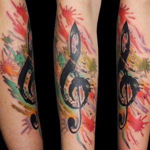 tatuaje clave sol acuarela color antebrazo 13depicas.com