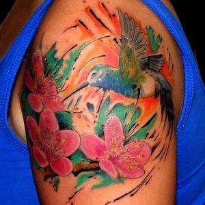 tatuaje colibri flores cerezo color realista acuarela brazo 13depicas.com