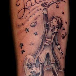 tatuaje tattoo principito petit prince cuento cómic antebrazo blanco negro black grey 13depicas