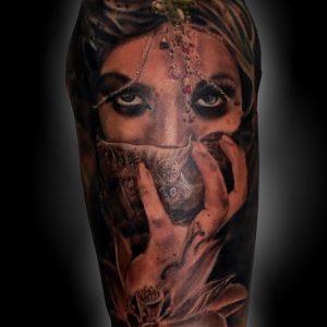 tatuaje retrato chica mano joyas flor loto brazo blanco negro sombras 13depicas