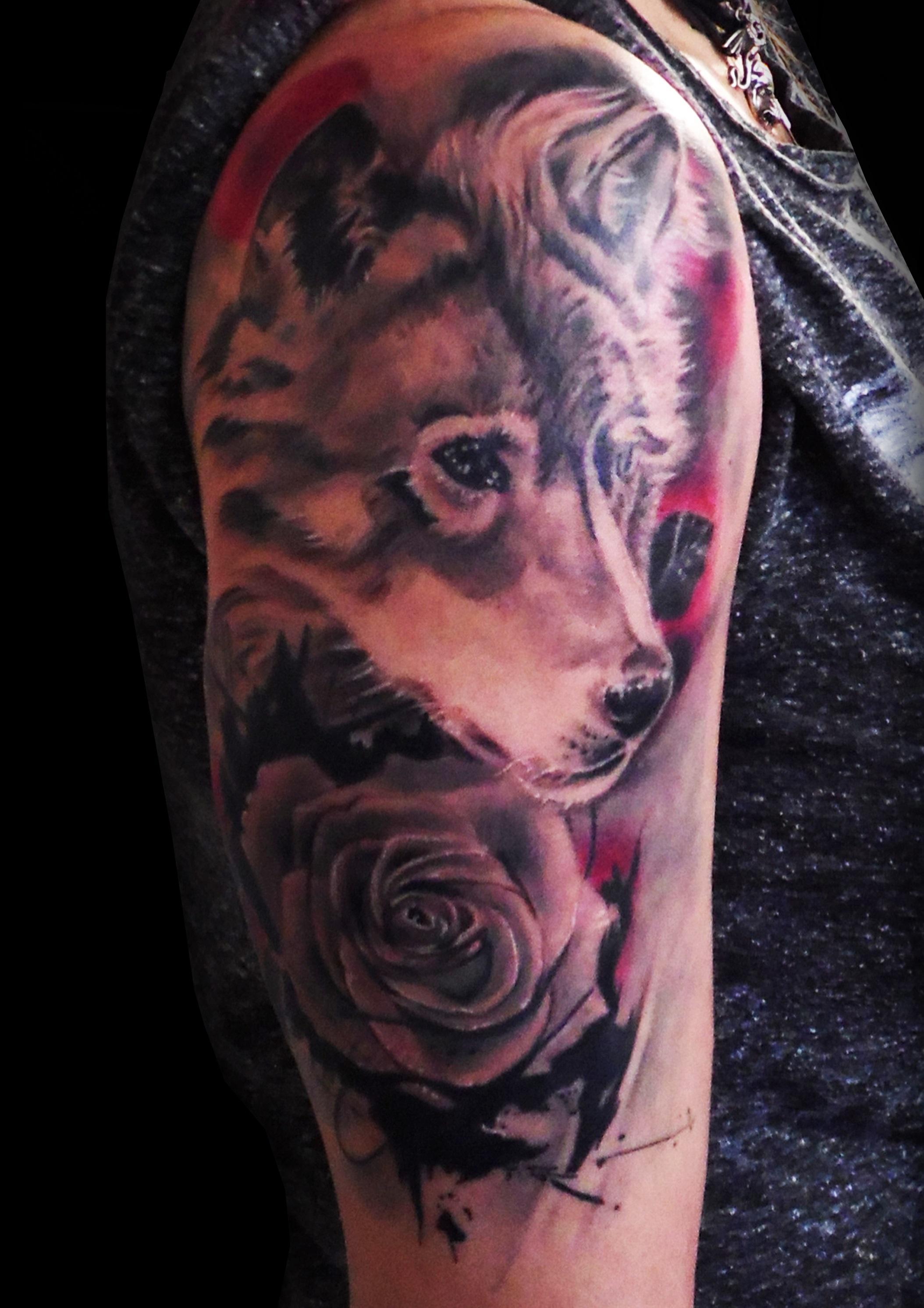 tatuaje lobo realista rosa brazo sombras gris 13depicas