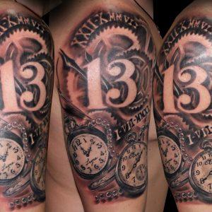 número 13 tatuaje relojes engranajes hombro brazo black grey sombras 13depicas