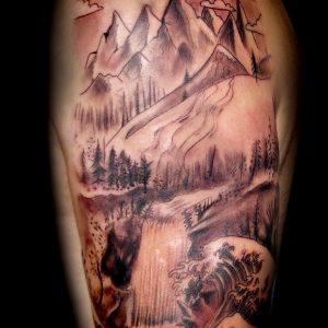 tatuaje paisaje montaña agua ola brazo black grey blanco negro sombras 13depicas