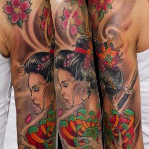 geisha tatuaje japonés color hombro hasta codo chica flores cerezo 13depicas