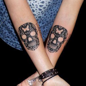 amigas tatuaje tattoo skulls calaveras 13depicas jaca huesca antebrazo mariposa