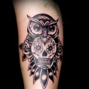 tatuaje tattoo biceps brazo búho calavera rosa sombras black grey 13depicas jaca chica