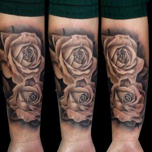 rosas realistas tattoo grises tatuajes huesca jaca realismo 13depicas trecedepicas sombras antebrazo pamplona