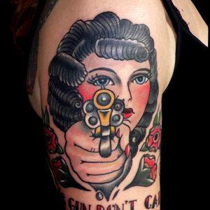 tatuaje tattoo tradicional americano chica pistola rosas color hombro brazo 13depicas