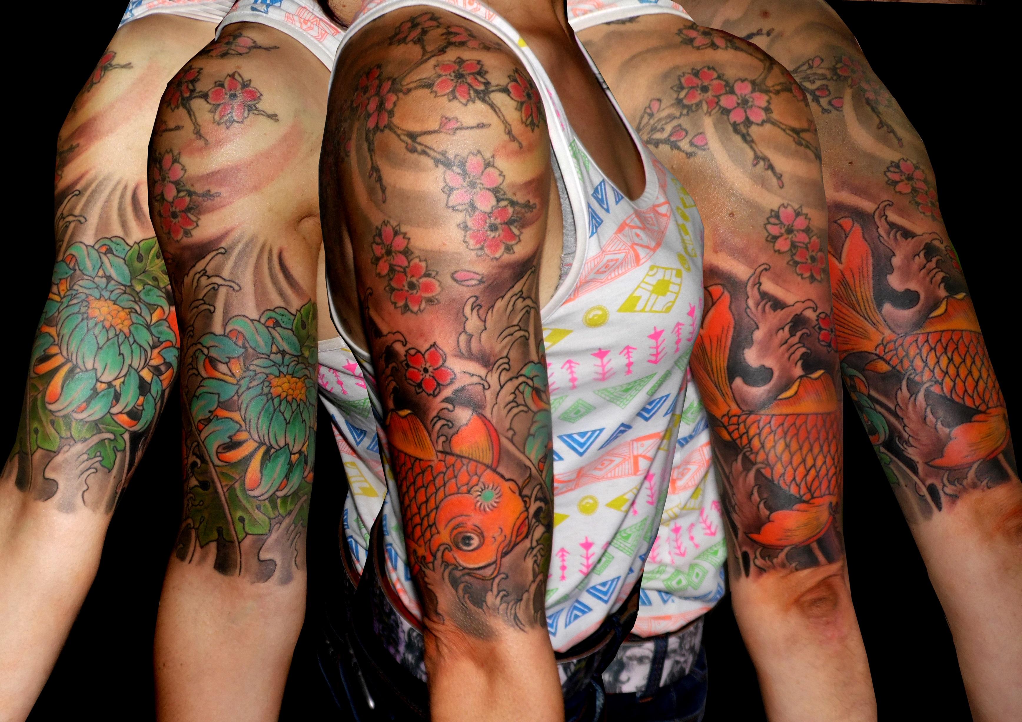 tatuaje tattoo koi japonés crisantemo flores cerezo color brazo hombro chica 13depicas
