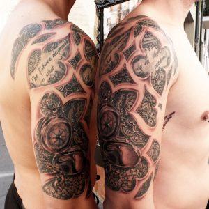 tatuaje tattoo brújula mandalas lettering hombro brazo chico negro blanco tribal 13depicas trecedepicas jaca huesca