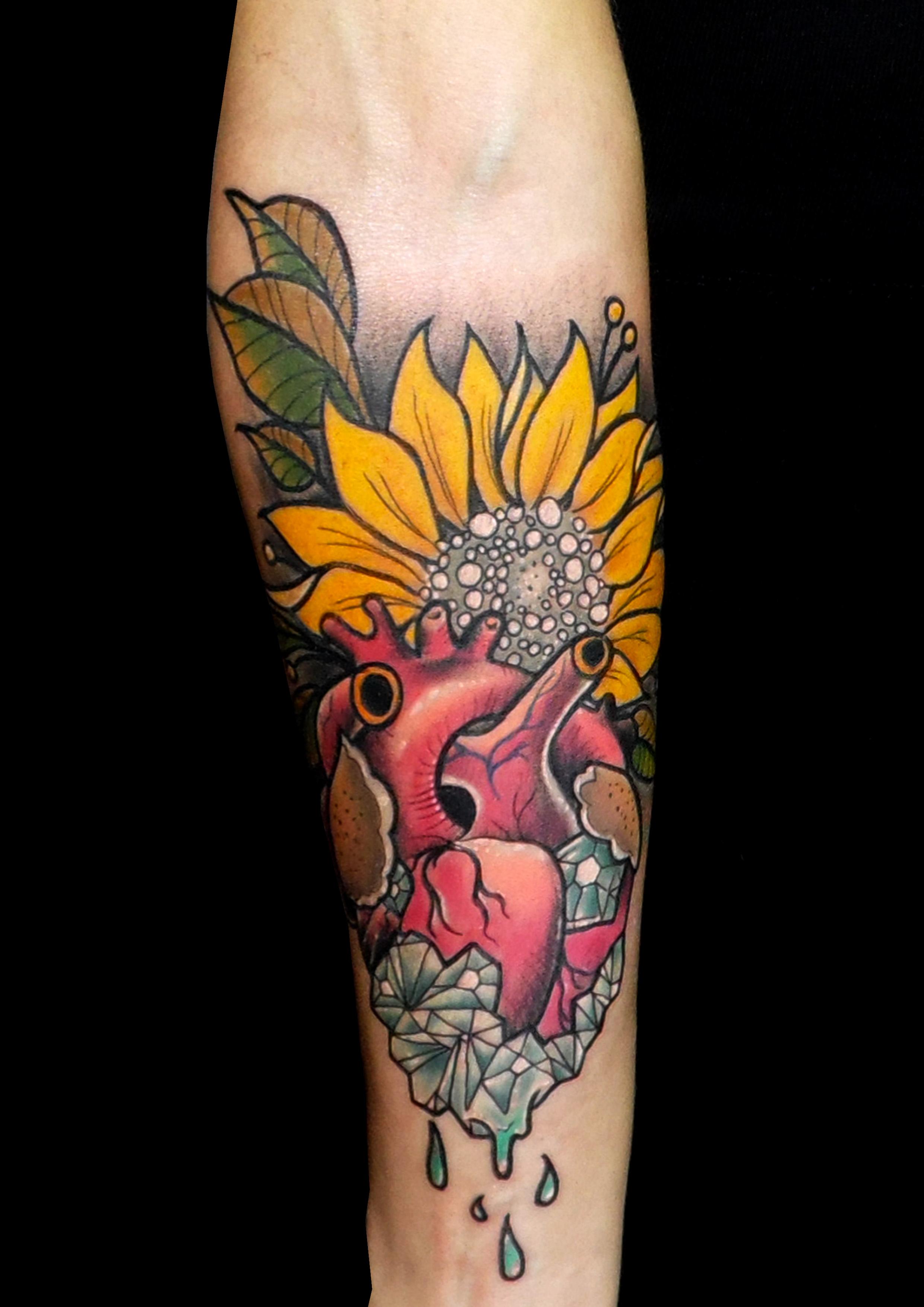 tatuaje tattoo antebrazo color girasol corazón diamante neo tradicional 13depicas jaca huesca pamplona