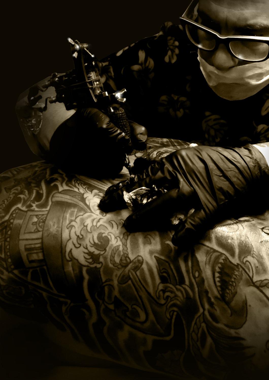 13 de picas Sergio tatuando sesión tatuaje espalda entera