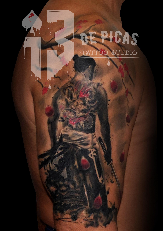 tatuaje tattoo samurai hombro brazo espada flores cerezo black grey color 13depicas jaca huesca