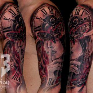 tatuaje tattoo realista retrato chica silencio polilla reloj black grey rojo brazo 13depicas jaca hombro
