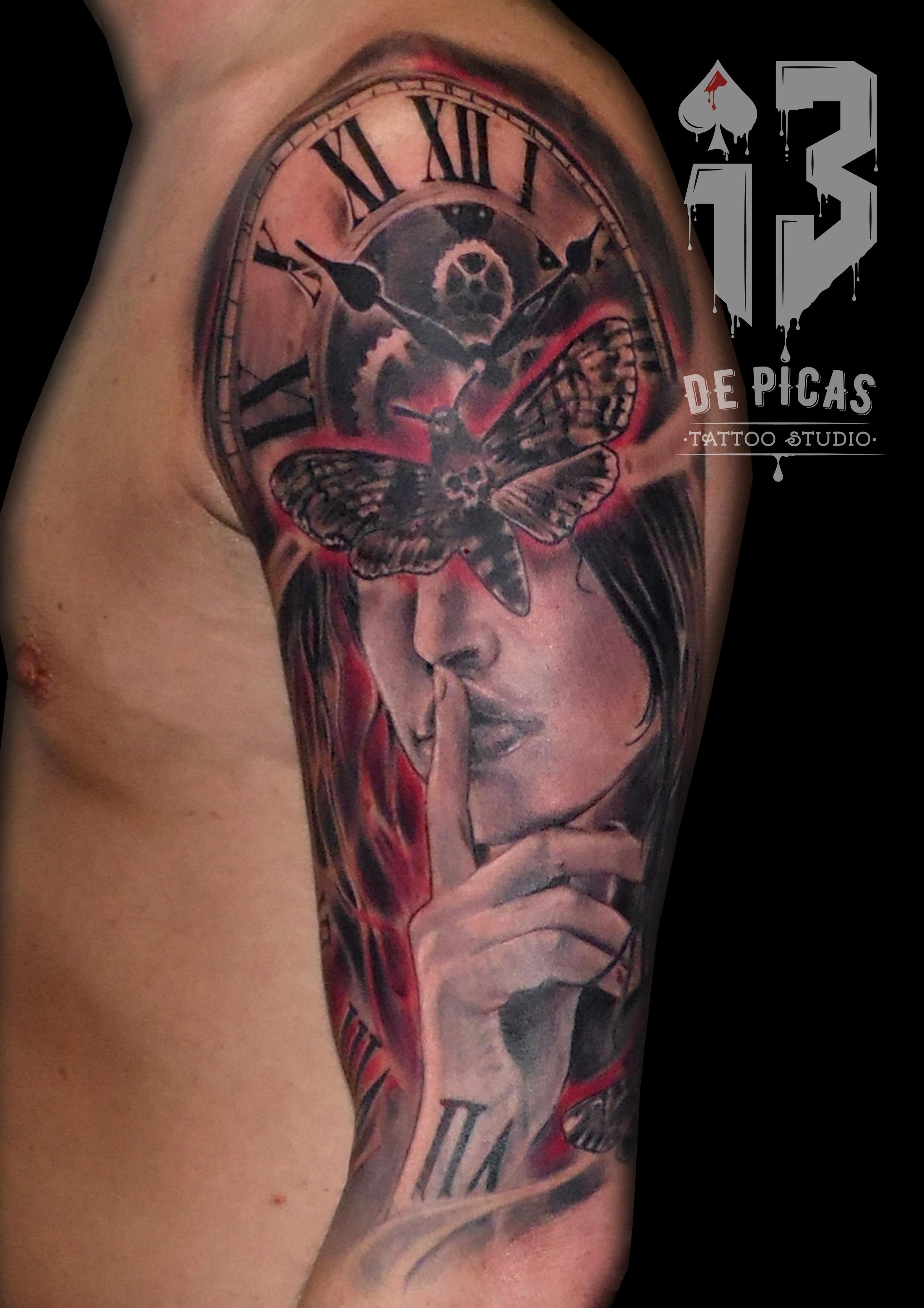 chica reloj silencio tattoo tatuajes jaca huesca spain polilla realista brazo hombro