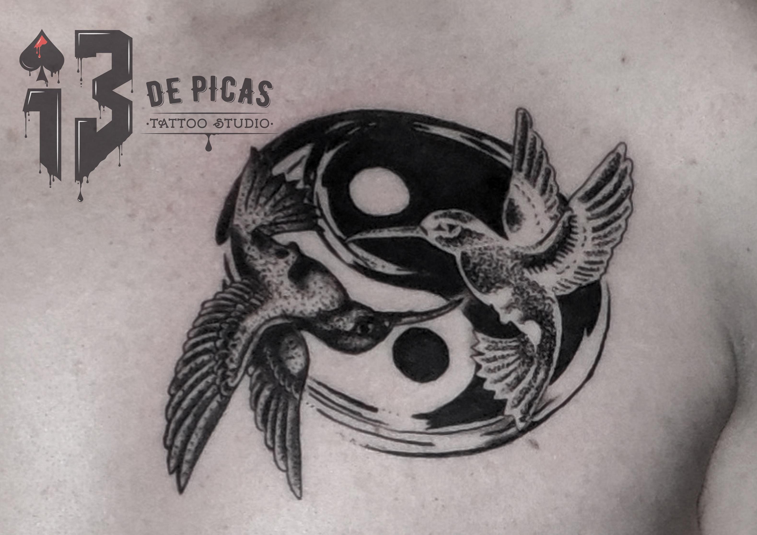 colibries yinyang tatuaje tattoo pecho black grey pájaros 13depicas