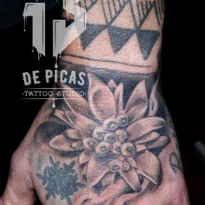 tatuaje tattoo flor edelweiss mano black grey blanco 13depicas Jaca Huesca