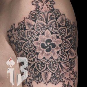 tatuaje tattoo mandala lauburu hombro brazo punteado 13depicas Jaca Huesca