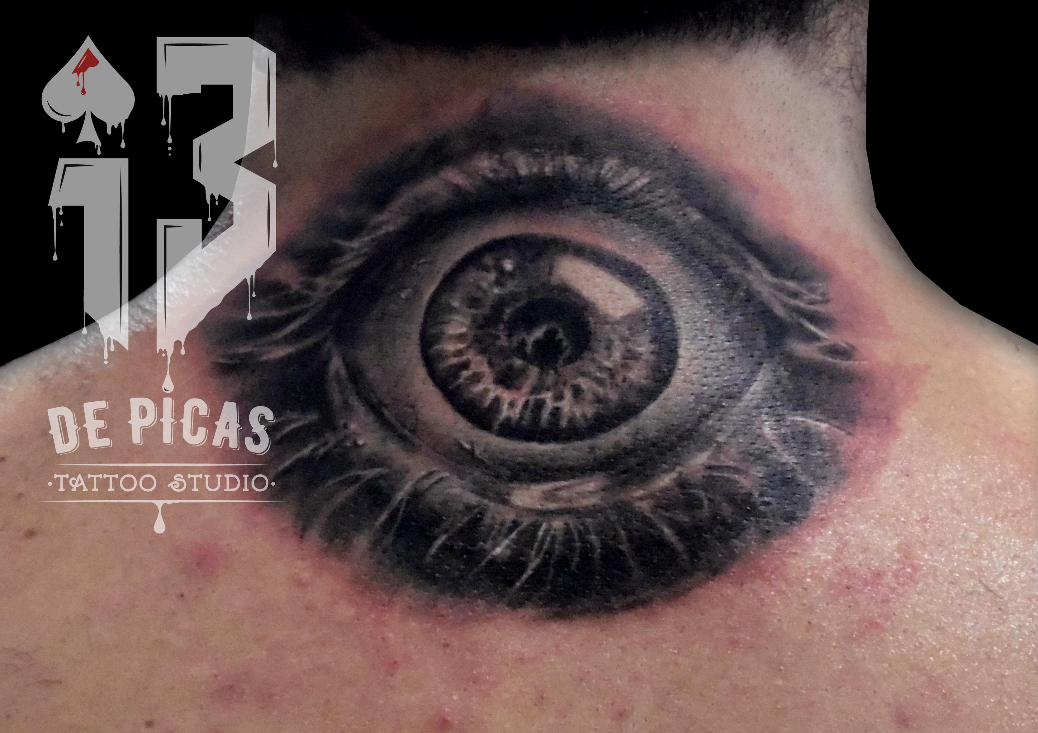 tatuaje tattoo ojo realista espalda nuca black grey 13depicas jaca huesca
