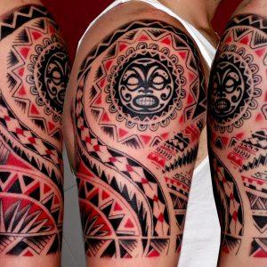 tatuaje tahitiano tribal tattoo hombro brazo mascara negro rojo 13depicas Jaca Huesca
