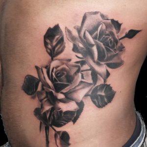 rosas realistas costado tattoo tatuaje blanco negro 13depicas Jaca Huesca