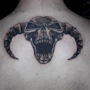 hardcore tattoo skull 13depicas madein13 calavera cuernos espalda realismo