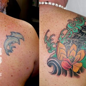 cover up tattoo delfines agua 13depicas jaca olas roca flor loto japonés color omoplato