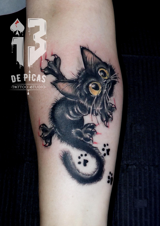 tatuaje tattoo gato cómic huellas antebrazo 13depicas jaca huesca