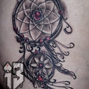 atrapasueños tatuaje tattoo realismo jaca huesca 13depicas cadera blanco negro
