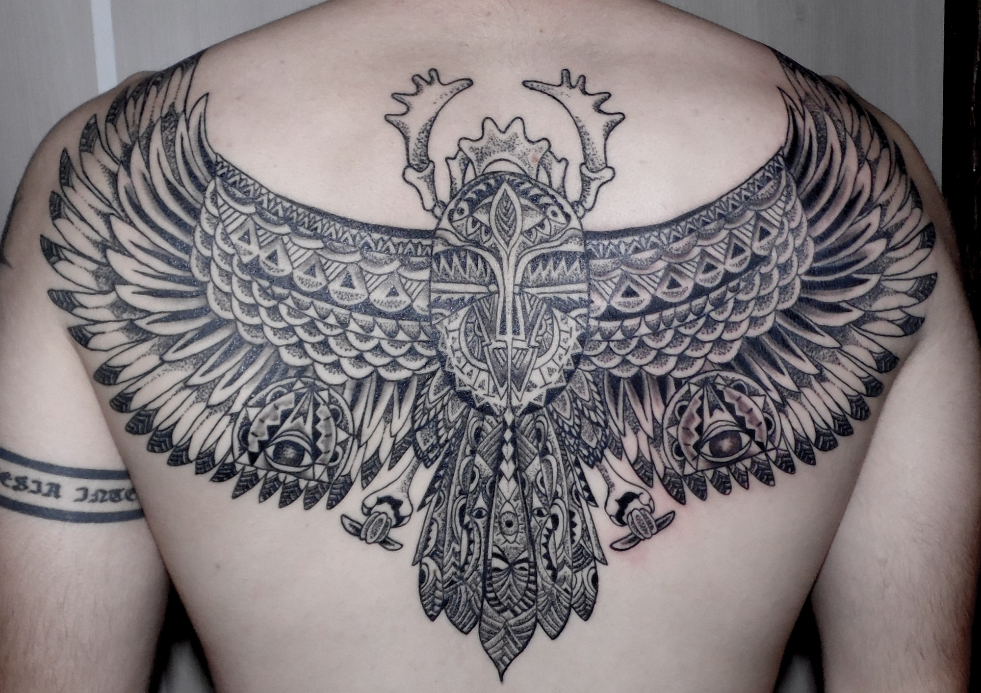 escarabajo egipcio tatuaje tattoo espalda alas punteado negro gris 13depicas Jaca Huesca