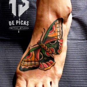 mariposa tradicional color tatuaje tattoo old school pie 13depicas Jaca Huesca