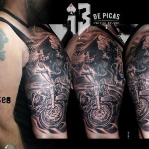 tatuaje tattoo moto biker paisaje montaña carretera pica calavera cover up tapado hombro brazo realismo black grey 13depicas jaca huesca