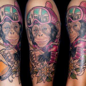 tatuaje tattoo retrato color mono monkey esqui ski nieve montaña edelweiss neotradicional brazo 13 de picas jaca huesca
