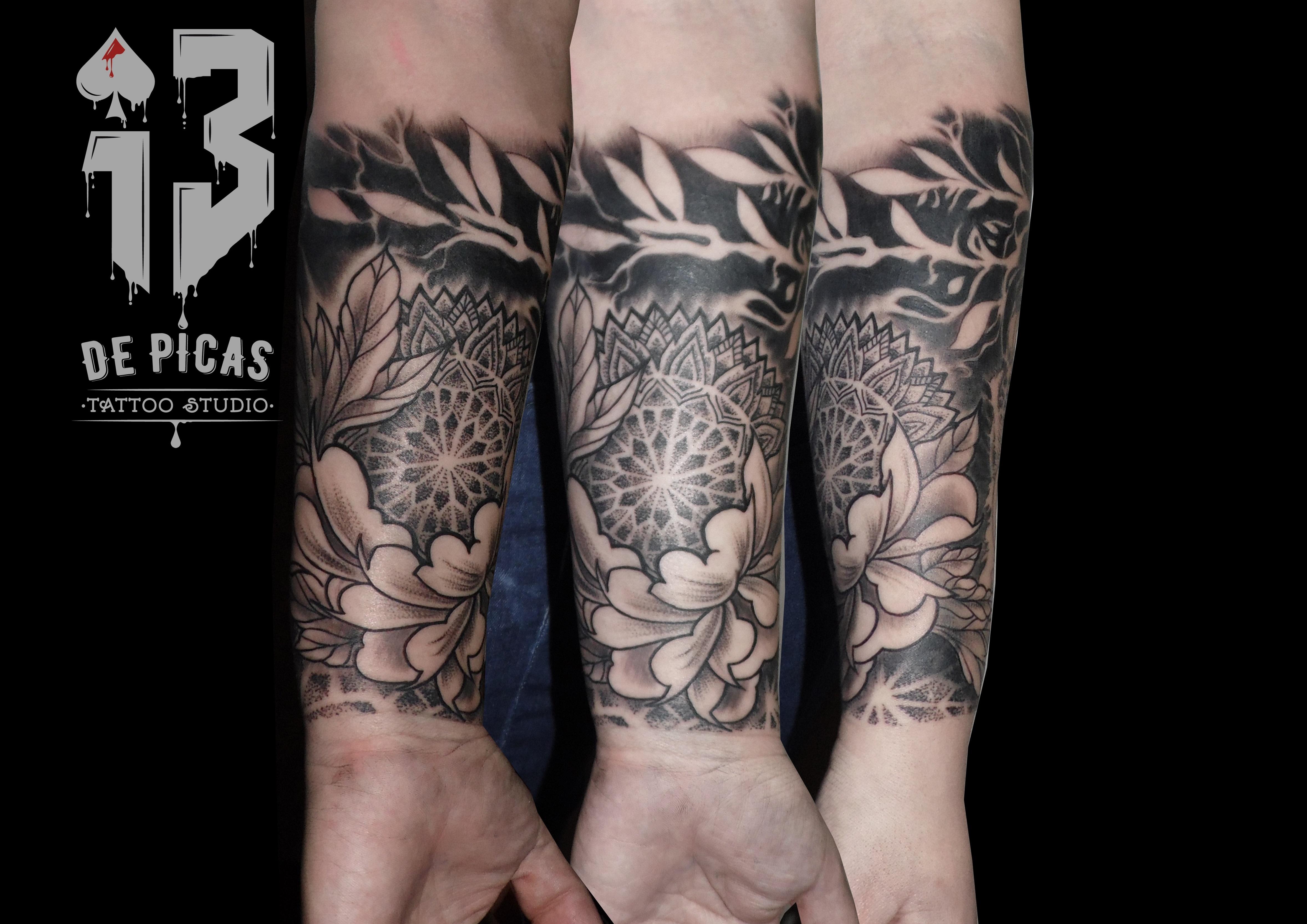 mandala cover tatuaje tattoo puntillista flores antebrazo negro gris 13 de picas jaca huesca