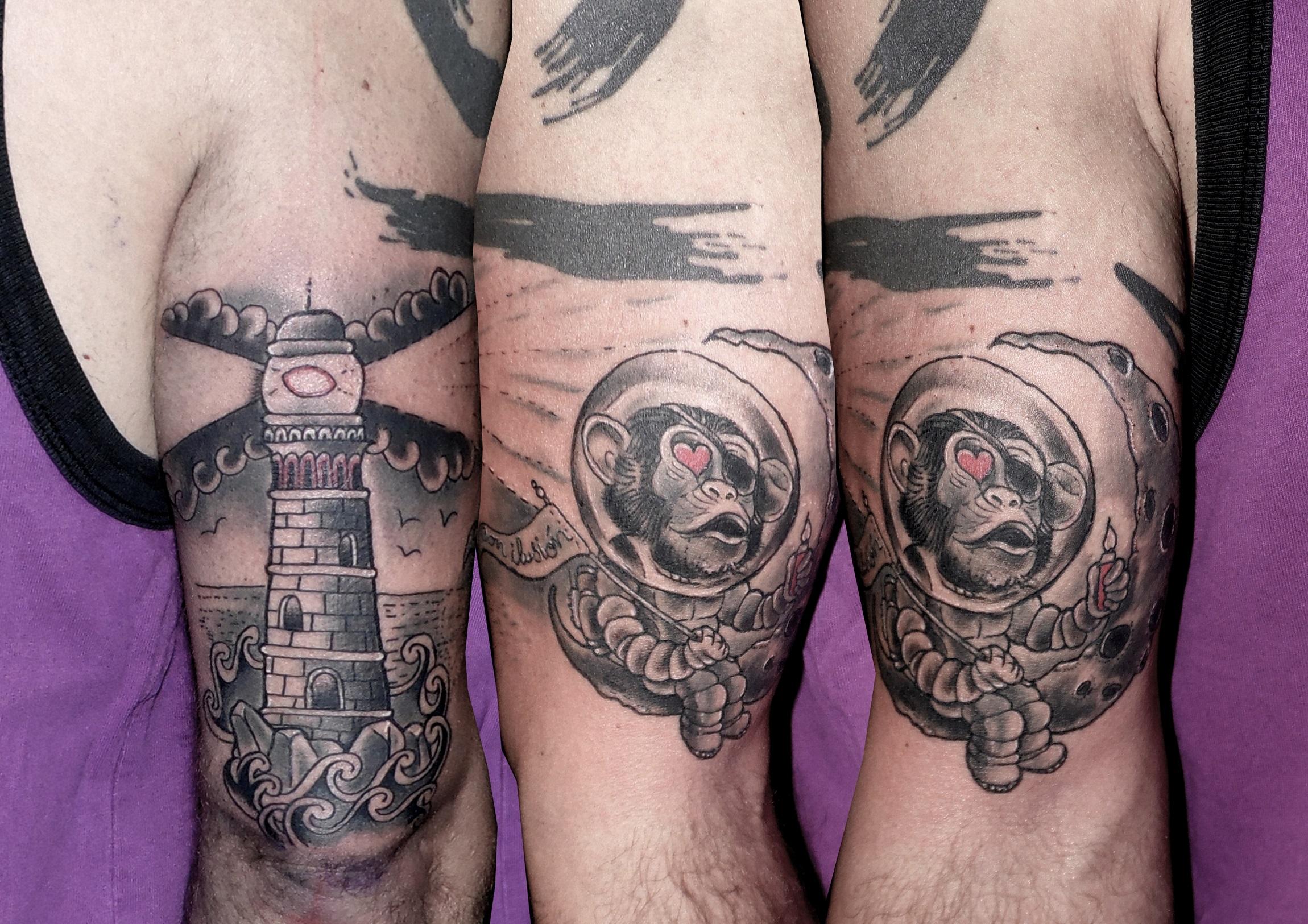 tatuaje tattoo faro mono astronauta luna brazo blanco negro comic tradicional 13depicas jaca huesca