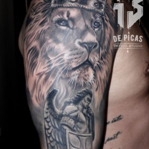 leon san miguel corona tatuaje tattoo hombro brazo realismo negro sombras animales 13 de picas jaca huesca