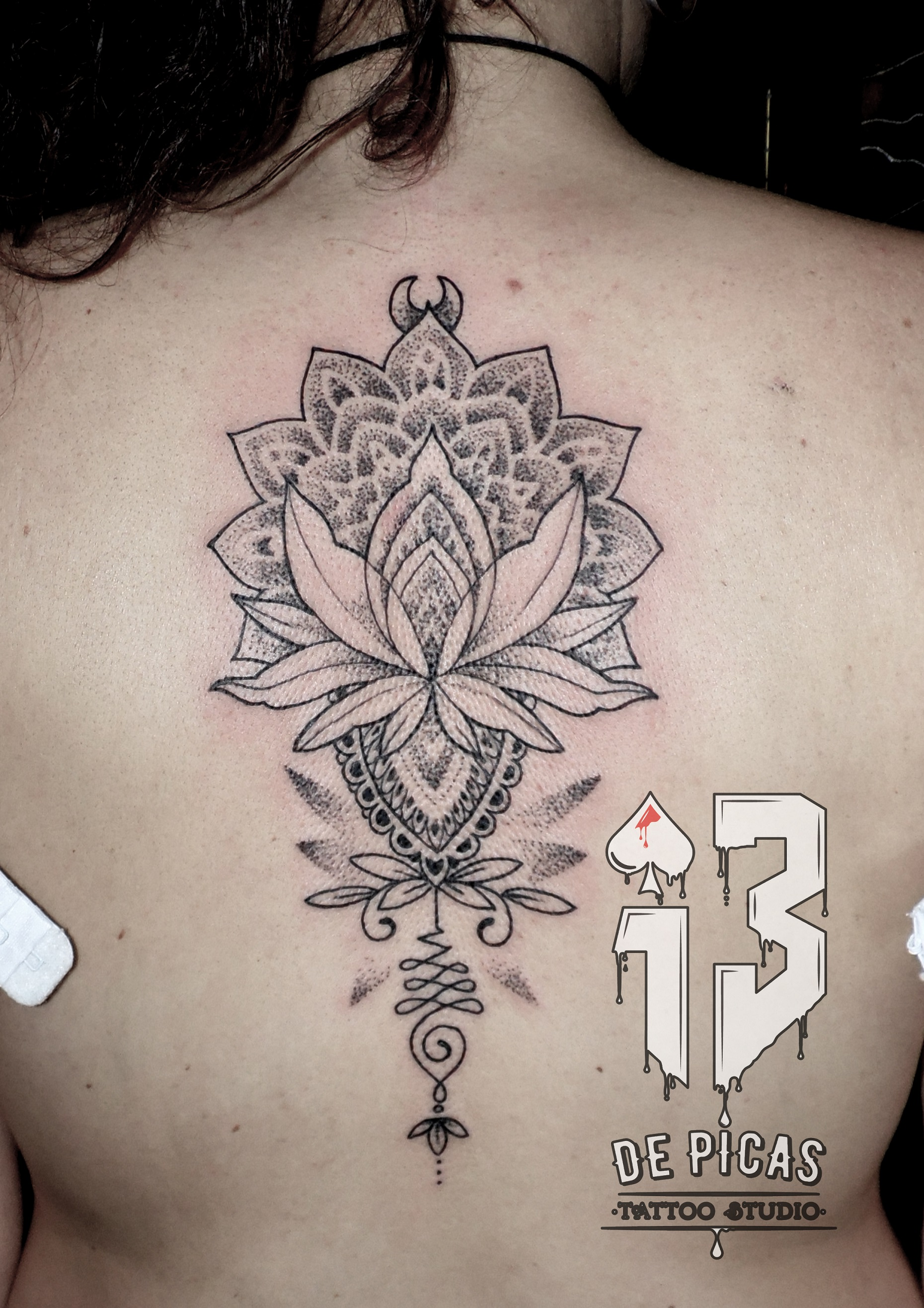 mandala espalda lineal flor unalome tatuaje tattoo 13 de picas jaca huesca