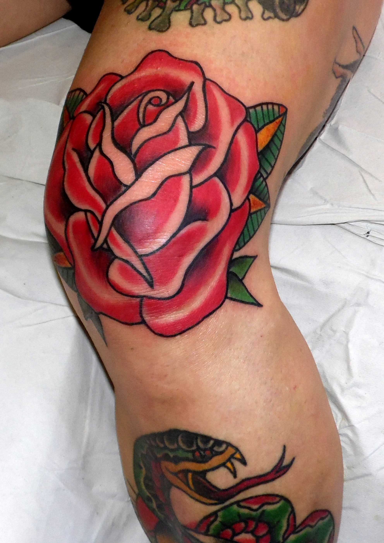 rosa rodilla roja tattoo tatuaje color tradicional old school 13depicas jaca huesca pamplona