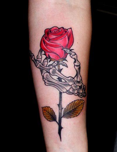 huesos mano rosa
