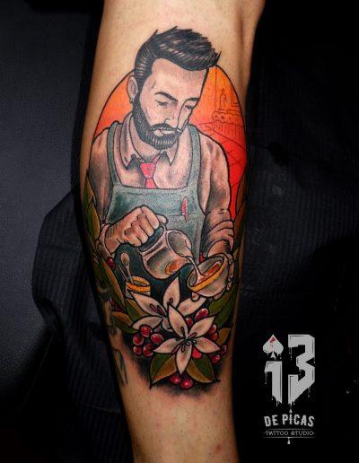 tatuaje neotradicional camarero flore café color
