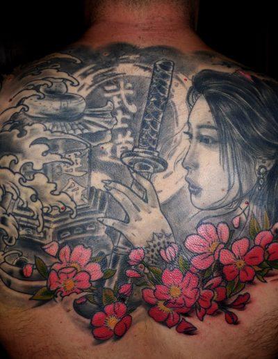 tatuaje geisha catana flores espalda